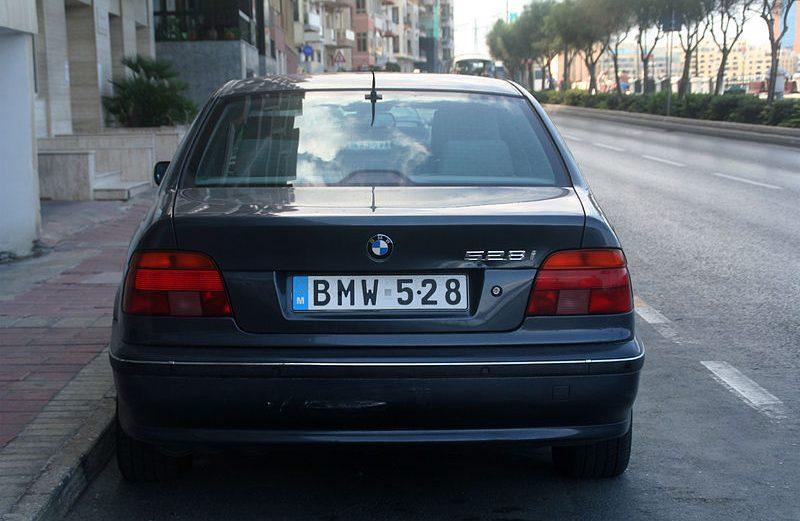 plaque d'immatriculation d'une voiture