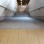 Comment doit être équipé un escalier qui répond aux normes d'accessibilité ?